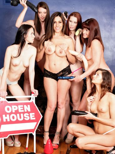 Raylene Poses With Cici Rhodes, Melody Jordan, Veronica Radke, Presley Dawson And Shae Snow